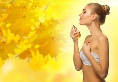 秋季背景的健康妇女 库存图片