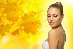 秋季背景的健康妇女 免版税图库摄影