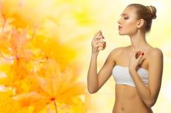 秋季背景的健康妇女 免版税库存照片