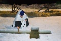 秋明州,俄罗斯,湖TARASKUL, 2017年1月 圣化在孔的清早水中,在正统基督徒fea 图库摄影