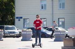 秋明州,俄罗斯, 2018年7月15日:十几岁的男孩乘坐girosk 图库摄影