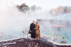 秋明州,俄罗斯, 1月31日 2016年:在水池附近的一对夫妇与 免版税库存照片