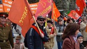 秋明州,俄罗斯- 2017年5月09日:胜利天游行的俄国共产主义者 股票录像