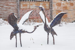 秋明州,俄罗斯- 11月06 2016年:一只苍鹭的雕塑在a下的 库存照片