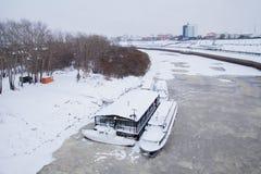 秋明州,俄罗斯- 11月05 2016年:在码头的走的小船  图库摄影