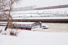 秋明州,俄罗斯- 11月05 2016年:在码头的走的小船  库存图片