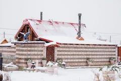 秋明州,俄罗斯- 11月06 2016年:木浴房子与雕刻 库存照片