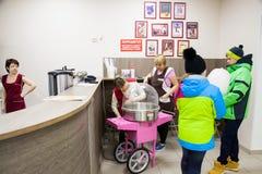 秋明州,俄罗斯- 11月05 2016年:甜棉绒销售  库存照片