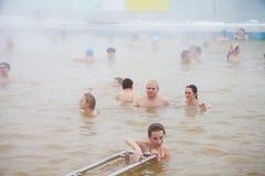 秋明州,俄罗斯- 11月05 2016年:水池的人们与热的wate 库存照片