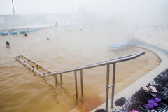秋明州,俄罗斯- 11月05 2016年:水池的人们与热的wate 免版税库存照片
