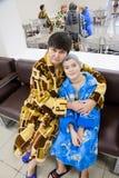 秋明州,俄罗斯-有孙子的祖母 库存图片