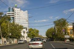 秋明州,西伯利亚 俄国 2017年8月1日 城市的街道有高住宅地段的汽车在夏天 旅行 免版税库存图片