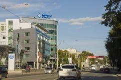 秋明州,西伯利亚 俄国 2017年8月1日 城市的街道有高住宅地段的汽车在夏天 旅行 免版税库存照片