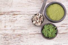 种子、叶子和辣木科粉末 顶视图-含油椒木属 库存照片