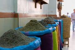 种子和香料在帆布袋子在传统souk市场上在马拉喀什,摩洛哥麦地那或老镇  库存照片