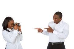 种族人摄影师纵向攫取的妇女 免版税库存图片