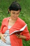 种族医疗怀孕的读的报表妇女 免版税库存图片