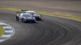 种族双倍争斗RAYBRIG NSX与WedsSport广告的CONCEPT-GT GT500 免版税库存图片