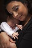 种族可爱的婴孩她新出生的妇女 免版税库存图片