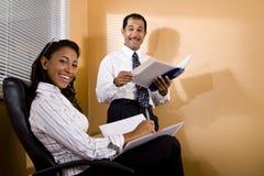 种族多办公室报表复核的工作者 免版税图库摄影