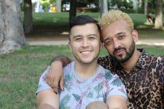 种族快乐夫妇在公园 免版税库存图片