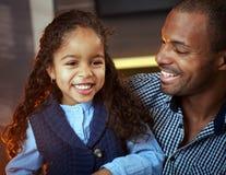 种族父亲和逗人喜爱的矮小的女儿纵向  库存图片