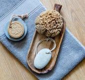 种族肥皂和自然海绵真正健康身体的关心 免版税库存照片