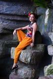 种族衣裳的女孩在热带庭院里 库存图片