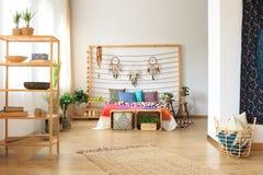 种族被设计的公寓的卧室 库存图片