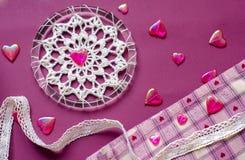 种族设计, boho样式,部族标志 紫色和桃红色心脏作为华伦泰` s天的标志 棉花鞋带的元素和jacquar 免版税图库摄影