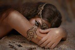 种族首饰的美丽的女孩 免版税图库摄影