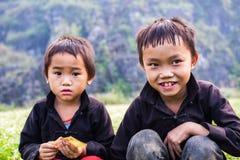 种族Hmong的两个孩子在市场上在河江市,越南 河江市是家庭对活主要的Hmong 库存照片