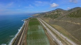 种植园领域史诗空中射击在太平洋和高速公路附近的 股票录像