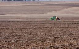 种植拖拉机麦子 库存图片