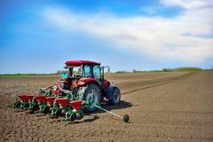 种植播种机弹簧的农业机械 在领域的种子庄稼 库存照片