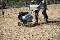 种植的人耕种的或锄的土壤 图库摄影
