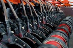 种植的种子机制在拖拉机 免版税库存照片