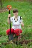 种植结构树的女性花匠 免版税库存图片