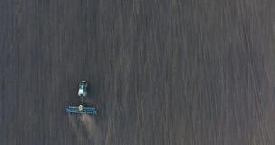 种植麦子的拖拉机的顶视图在日落 股票录像