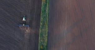 种植麦子的拖拉机的顶视图在日落 股票视频