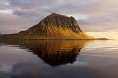 绝种火山在冰岛。登上Kirkjufell 免版税库存照片
