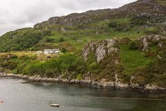 种田在岩石小山的豪宅卡伦的海湾,苏格兰 免版税库存图片