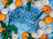 种田新鲜的橘子结果实与在土气灰色布料背景的叶子 库存图片