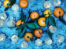 种田新鲜的橘子结果实与在土气灰色布料背景的叶子 免版税库存照片