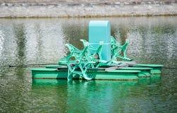 种田池塘的室外鱼或虾的绿色农厂水通风系统,当它中止工作 库存图片
