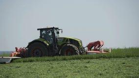 种田移动在收获的土地农业领域的combaine收割机 在收获领域的农机 股票录像