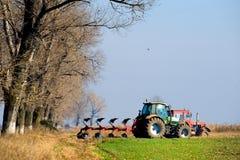 种田缩放比例小的拖拉机 免版税库存图片