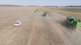 种田,汽车寄生虫视图在收获在秋天季节的三个组合附近去大豆领域 股票视频