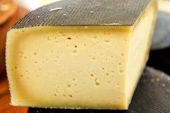 种类被刻凹痕的头在市场柜台的乳酪 艰苦软绵绵地 库存照片