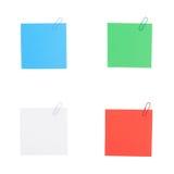 4种颜色与在白色背景隔绝的夹子的便条纸 库存图片